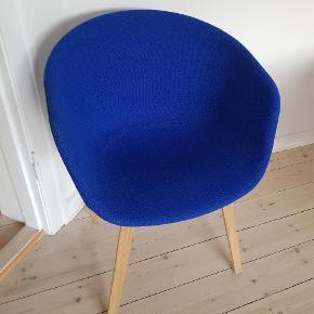Hay, About a Chair, aac23 Fuldpolstret Stoftype: Hallingdal,Farvekode: 750  Sælges grundet flytning. Stolen står som ny og har hverken slitage eller andre brugsspor. Den har stået til pynt og er kun blevet siddet i få gange.  Flere billeder kan sendes. Afhentes i NV :)