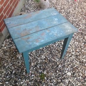 Gammelt træ bord i fin stand trænger til maling.  H 48 B 58 D 45 cm.