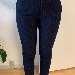 Helt nye, aldrig brugte bukser! Str. 42 fitter også en 40.  Nypris 250. Sender gerne