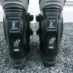 Skistøvler Nordica Thesis 03,  alpinstøvler Størrelse: 42 Farve: sorte m lilla for  Mange indstillingsmuligheder. God stand.  Ingen byt, og prisen er fast.