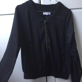 Tynd sort jakke fra Moss Copenhagen sælges. Er næsten som ny og brugt meget få gange.  Byd Byd Byd & bytter også:)
