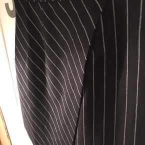 Lækker kjole fra Asos med super fine detaljer! Kjolen lynes i ryggen - bemærk et lille hul i stoffet ved lynlåsen. Det kan dog ikke ses, når kjolen er på. Se også mine andre annoncer 🍂🍁🍊