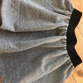 Varetype: Nederdel i sweat m.sølv Farve: Grå