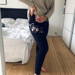 Smukke broderet bukser. Købt i London så helt unikke. :-)