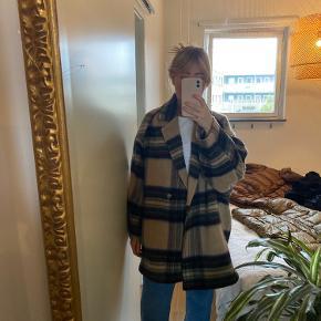 Oversized jakke fra H&M trend i efterårsfarver. Fed jakke som jeg bare ikke får brugt :)