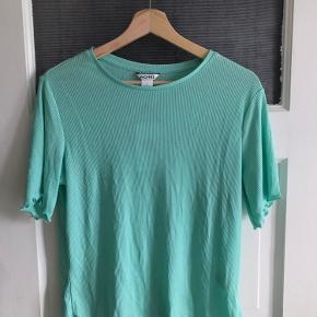 Fin mintgrøn t-shirt i rib. Stadig med prismærke - aldrig brugt.