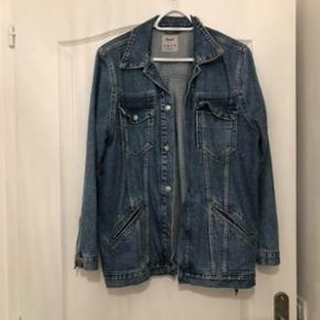 AUCUNE NÉGOCIATION POSSIBLE Longue veste en jeans Taille 40, je fais du 36/38 mais je la porte pour un effet oversize