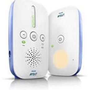 PHILIPS Avent Babyalarm SCD501   Denne babyalarm har en smart ECO-tilstand som automatisk mindsker sendestyrke, hvilket forøger dit batteries levetid.  Jo tættere du er på barnet, jo mindre strøm vil alarmen bruge og samtidig vil du stadig have en perfekt forbindelse.  På forældreenheden er der en alarm, der vil give dig besked så snart du er uden for rækkevidde, eller hvis strømniveaut på alarmen er lav, derfor er du altid sikret en sikker forbindelse med din baby.  Lydniveauindikator angiver så snart din baby laver lyde. Lyset i alarmen aktiveres for at angive lydniveauet i dit barns værelse, også selvom lyden på forældreenheden er dæmpet.  Alarmen har en indendørs rækkevidde på 50 meter og en udendørs rækkevidde på 300 meter.  Forældreenheden kan både anvendes med strøm fra lysnettet eller med batterier, så du får en større mobilitet. ( Anvend ikke-genopladelige 1,5 V R6 AA-alkalinebatterier eller to genopladelige 1,2 V R6 AA-batterier)  Babyenheden skal have strøm via kabel og har ikke batteri.  Skabt på DECT-teknologi som giver en sikker og privat forbindelse uden interferens fra andre babyalarmer eller telefoner. Datakryptering sørger for at det kun er dig der kan høre din baby.  Opnå en meget klar lyd med alarmen, hvad enten det er et lille hik eller kluk, vil du tydeligt kunne høre din baby.  Forældre enheden har en driftstid på op til 24 timer trådløs roaming, før at du skal genoplade den. Bemærk at dette afhænger af hvilke type batterier der er anvendt.  Enheden har et varmt natlys som kan virke beroligende på dit barn.