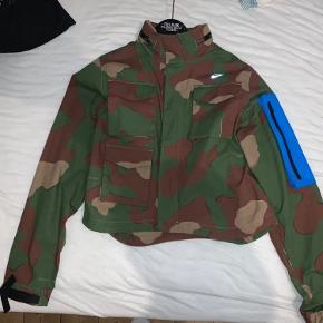 Mega lækker crop top jakke fra en af Nike og off Whites collabs. Mega lækker jakke, den er blevet brugt 3 gange og er som ny.