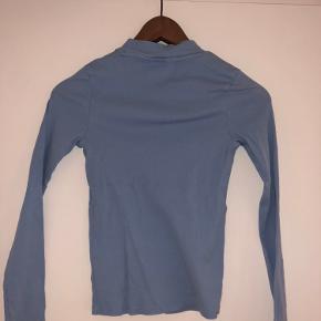 bytter ikke og prisen er fast.  bredde: 31 cm  længde: 51 cm  ærme fra armhule: 42 cm   ribbluse stræk i stoffet. tætsidende bluse.