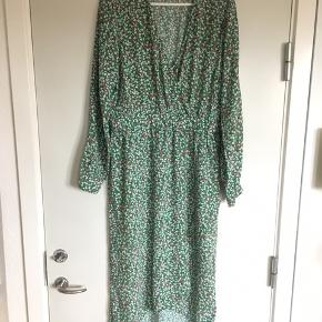 Grøn midi-kjole med små røde og hvide blomster fra Selected. Kjolen har elastik i taljen, så den giver en rigtig flot figur. Str. 40. Kjolen er kun brugt en gang i sommers, så den er som ny :)