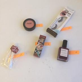 """Her sælges helt ny og ubrugt make-up.  Priser: 30 kr pr stk, eller køb alle 5 produkter samlet for 100 kr (plus porto med DAO). Priserne er faste og jeg handler kun via ts handel.   Check selv produkter og farver på nettet!  1) Paese shimmer øjenskygge i farven 423 en fin rose gold 2) Teez læbestift i farven Cedar sand 3) Depend eyelashes """"Julia"""" 4) **SOLGT** Green neglelak i farven """"purple spinel"""" 5) ** SOLGT** perle spænde fra Ava Sui"""