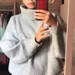 Dejlig stor striktrøje fra H&M. Rullekraven kan bukkes efter lyst