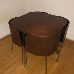 OBS: SKAL HENTES SNAREST!  Sælger dette pladsbesparende spisebord sæt!  Har stået i et dyr og røgfrit hjem.  Der er mindre mærker i bordet.  Skal selv hentes på Frederiksberg, fra 1 sal.  Mål: 85x85 cm Højde: 76 cm  Byd gerne 😊