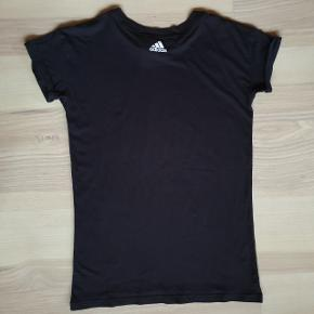 Adidas tshirt, let oversized. Brugt få gange. Standen er fin. Nypris var ca. 200 kr. Sælges for 50 kr.  Kan hentes på Amagerbro, eller den kan sendes med posten.