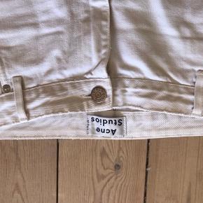 Rå baggy Acne jeans perfekt til sommer. Bukserne er købt med huller og slidtage og uden streach. Bukserne går mig til anklerne så de stumper lidt. (Jeg er 178 cm).