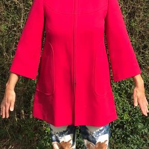 Lækker elegant frakke med let A-form og lidt lange 3/4 ærmer. Det er en overgangsjakke til forår, efterår eller en kølig sommeraften.