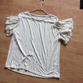 Lækker t-shirt med flæser med ærmerne 👍model Joy....brugt 1 gang som ny