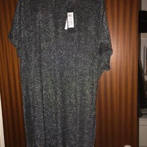 Sølvglimmer kjole med lille kort lynlås i nakken.  Aldrig brugt