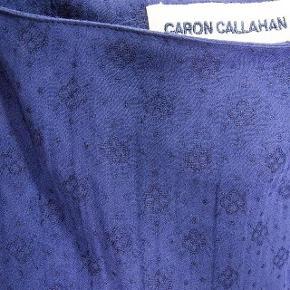#30dayssellout Brand: Caron Callahan - NY - str. S Varetype: jumpsuit med justerbare stropper bomuld/linen Størrelse: S Farve: navy Oprindelig købspris: 2595 kr.  Caron Callahan Mali Jumpsuit er en letvægts, marineblå jumpsuit med en afslappet pasform. Der er lynlås i siden og justerbare tynde stropper. Materiale 55% bomuld 45% linen.   Helt ny. - stadig i handel ...