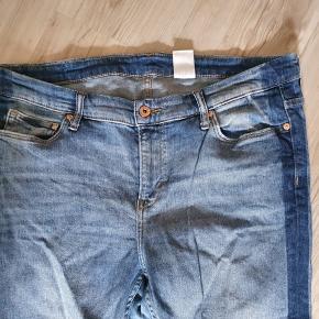 Fede jeans med mørk stribe i siderne. Er med stræk. Livvidde 104 cm Indvendig benlængde 80 cm Brugt få gange så pæne som nye.  BYD gerne - kig forbi mine andre annoncer og spar penge på også på portoen 😉