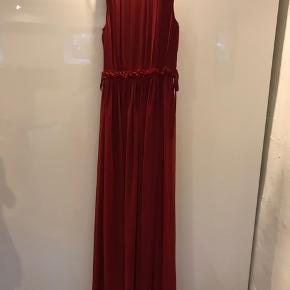 Vinrød i farven. Virkelig en smuk kjole med det flotteste fald. Kan desværre ikke passe den efter to graviditeter. Sender med DAO.