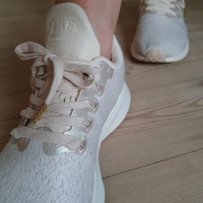 Lækre Nike Zoom Pegasus 35 Skøn løbesko med god komfort og fremdrift.  Flot sart rosa farve og lækkert åndbart materiale. Sælger udelukkende fordi de ikke helt passer til mine dårlige fødder 🙈