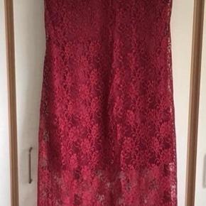 Smuk kjole str.M/str.38 i vinrød.  Syet hos skrædder.   Brugt en enkelt gang og fremstår som ny.  Ny pris 1199kr.  Sælges for 500kr.