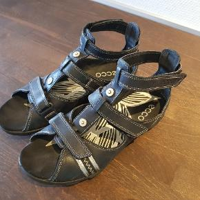 Et par fine sandaler som sidder godt på foden