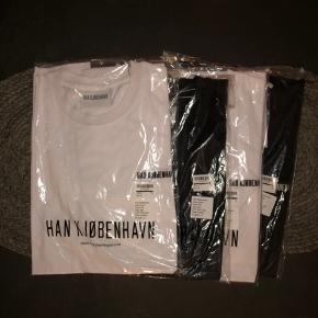 """Helt nye t-shirts """"casual tees"""" fra han kjøbenhavn.  Sælges da de har ligget i skabet længe og jeg ønsker en anden skal få glæde af dem.  2 sorte og 1 hvid tilbage"""