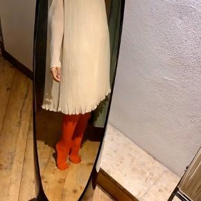 Smukkeste vintagekjole i pleated silkechiffon. Perfekt til vinterens fester. Kjolen er gennemsigtig øverst ved halvpartiet og på ærmerne. Den har markerede skuldre med perlepynt. Forvent ikke helt perfekt stand, den er nok 30-40 år gammel. Den er one-size, jeg vurderer dog at den vil sidde pænest på en 36, en 38 eller en 38/40. Pris 400 pp