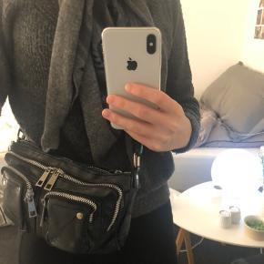 Sælger denne fine Nunoo taske i modellen Stine washed Black. Tasken er købt i sommeren 2019, og har næsten ikke været i brug og fremstår derfor næsten som ny.  Kom med et bud🤩