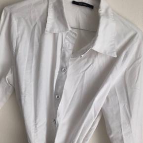 Skjorte der bindes i taljen, er som ny :)