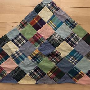 Varetype: Halstørklæde Størrelse: 126 x 84 Farve: Multi Prisen angivet er inklusiv forsendelse.  Det er et trekant tørklæde 126 cm hvor det er længst.