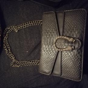 Fed designer inspireret taske sælges. Brugt ganske få gange☺️