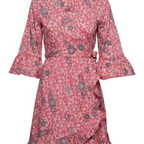 ODD MOLLY LUSH SHAKE WRAP DRESS Skøn slå om kjole/tunika i en lækker koralrød farve med hvide hjerter og blå blomster.   Aldrig brugt, og fremstår derfor som helt ny.
