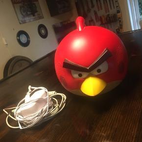 Angry bids højtaler med (uoriginal) oplader og jackstik. God lyd og oplagt til børneværelset :)