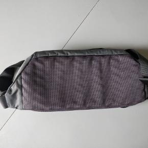 Super lækker, stor og rummelig The North Face bælte/skuldertaske.  Den aldrig brugt, stadig med mærke. Den er sort og ny pris var 299 kr.  BYD