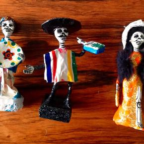 """Brand: Mexikansk Varetype: pap mache Størrelse: ca 12 cm Farve: se fotos Oprindelig købspris: 145 kr.  Mexikanske """"døde""""dukker i forskellige farver (se fotos) - lavet af papmache.  Købt i Mexico.  pr. stk.: kr 75.-  3 stk.: kr. 200.-  Fra absolut røgfrit hjem."""