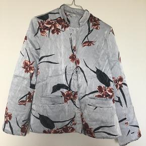 Flot blomstret satin jakke fra Ganni. Brugt men i rigtig flot stand. Byd gerne!