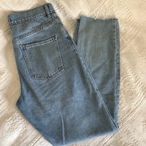 """Jeans fra Envii i modellen """"Brandy"""". Ved mine egne har jeg klippet enderne af bukserne af, for at give dem et lidt mere råt look. De sælges, da de desværre er blevet for store."""