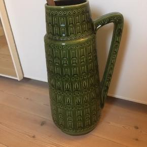 Smuk gulvvase fra West Germany i herlig grøn farve. Har nogle små afslag og markering efter at være limet et enkelt sted - man ser det dog kun tæt på. Jeg er glad for den, men må nok erkende, jeg har rigeligt keramik.