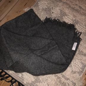 Moss Copenhagen tæppe  Grå  100 % Uld  Helt ekslusivt stort tæppe som er helt ubrugt