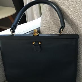 sød retro taske med fin kliklukning. 19 x 25 uden hank farven er mørk støvet blå