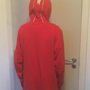 Varetype: HættetrøjeFarve: Rød Oprindelig købspris: 1600 kr.  Lækker Supreme hoodie. Som ny. Kun seriøse bud