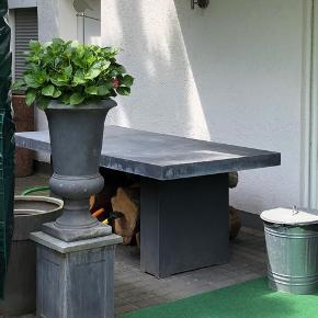 Flot fiber beton bord fra Lene Bjerre Design.  Bordet er stadig i original indpakning, da jeg købte 2 men skal kun bruge det ene.  Nypris 7000,-kr