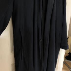 Samsøe Kay Jacket sælges, næsten ikke brugt. Meget tidløs i pasform. To lommer og to knapper foran. Bedst som efter/forårs jakke, da stoffet er tyndt.  #trendsalesfund