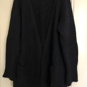 Lækker, chunky cardigan i flot mørkeblå strik. Kun brugt få gange.  Længde ca. 75 cm.  Bytter ikke, men bud er velkomne.