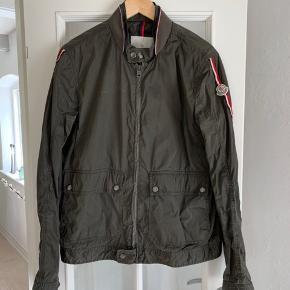 Moncler Layla str 4, jakken er vasket på en specielt måde fra fabrikken så den fremstår som vintage. Den har en lille skræmme som ses på billede 2