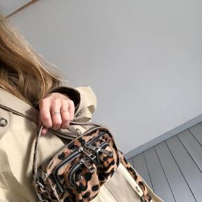 Nunoo skuldertaske med leopardmønster. Materialet er kalveskin. Kun brugt få gange.